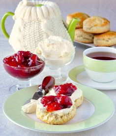 How to make Clotted Cream for the Perfect Cream Tea. It takes very little effort and really just time to make thick, rich, velvety cream perfect for slathering on fresh scones with your favourite jam. English Scones, Irish Scones, Rock Recipes, Party Recipes, Cream Tea, Ice Cream, Clotted Cream, Homemade Butter, High Tea