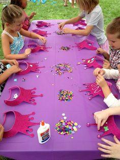 Kronen mit Pailletten verzieren für eine Prinzessinnen-Party