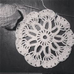 Garabateando una #carpetita de #ganchillo  Doodling a #crochet #doily  #instadoily #instacrochet #crochetdoily #doilygram #crochetaddicted #crochetersofinstagram #uncinetto #vika #hakeln #ganxet #crochetmandala #mandaladoily #carpetamandala #mandalacrochet by curupisa