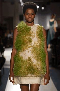 Six standout collections from Parsons 2017 graduate fashion show 90s Fashion, High Fashion, Fashion Show, Fashion Design, Fashion Trends, Fashion Fail, Sustainable Textiles, Sustainable Fashion, Poses