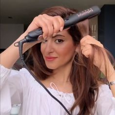 An easy way to creat volume at the roots using a straightener! An easy way to creat volume at the roots using a straightener!,frisuren Finish off with hairspray to maintain the volume all day. Curl Hair With Straightener, Curling Fine Hair, Curling Hair With Wand, Hair Straightening, Hair Curling Tutorial, Loose Curls Tutorial, Curling Wand Tips, Voluminous Hair Tutorial, Colorful Hair