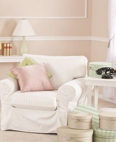 How to Make New Wood Furniture Look Shabby Chic Living Pequeños, Living Room, Living Spaces, Interior Trim, Interior Design, Couleur Rose Pale, Trending Paint Colors, Decoration Bedroom, Decoration Christmas