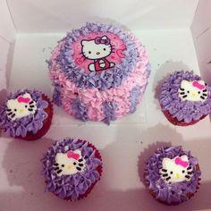 Torta y Cupcakes de Hello Kitty rellenos de vainilla y chocolate con deliciosos picos de chantillí. Pídelos al (1) 625 1684 o visítanos en la Cra 11 No. 138 - 18 L3. Cedritos - #SoSweet #Cupcakes #Tortas #HelloKitty #Pastry #Bogotá #BirthdayCake #Cumpleaños www.SoSweet.com.co
