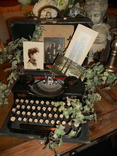 Typewriter with old photos. - Typewriter with old photos… Source by eldiezee Décor Antique, Antique Decor, Vintage Decor, Vintage Party Decorations, Design Vintage, Antique Interior, Country Decor, Farmhouse Decor, Decoration Shabby