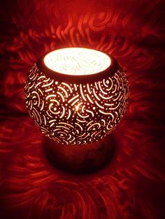 Rêve de Sopheria, lampe d'ambiance enflammée en calebasse sculptée