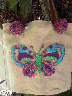 Bolso con bordado Ayacuyano Basic Embroidery Stitches, Hand Embroidery Flowers, Embroidery Hoop Art, Mexican Embroidery, Butterfly Crafts, Embroidered Bag, Applique, Cross Stitch, Arts And Crafts