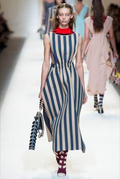 Guarda la sfilata di moda Fendi a Milano e scopri la collezione di abiti e accessori per la stagione Collezioni Primavera Estate 2017.