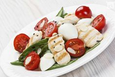 Light and refreshing salad with mozzarella, spinach, tomatoes and chicken breast. It can be prepared as an appetizer or main course, and because of its convenience can be brought to the job. With the quick preparation of only 20 minutes, this salad ingredients listed in the recipe are sufficient for four people.