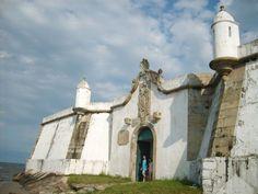 Ilha do Mel: Na Praia da Fortaleza, turistas visitam o forte construído em 1767, no Brasil Colônia #Paraná