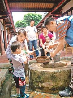 ▲蘆洲李宅古蹟23日中午舉行立蛋、打午時水活動。(謝文瑄攝)