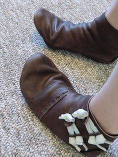 """Medieval Viking Leather Shoe Making Tutorial, based on real century Norse shoes! Great for reenacting, history enthusiasts, and fans of """"barefoot"""" shoes. Source by lilachassayag shoes Viking Shoes, Viking Garb, Viking Costume, Viking Clothing, Viking Jewelry, Ancient Jewelry, Historical Clothing, Handmade Leather Shoes, Leather Craft"""