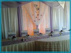 Lilás főasztal Klári és Pisti esküvőjén.