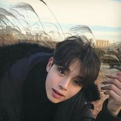 Image uploaded by 노을 ☾. Find images and videos about boy korean and ulzzang on We Heart It - the app to get lost in what you love. Cute Asian Guys, Cute Korean Boys, Pretty Asian, Asian Boys, Asian Men, Cute Guys, Korean Boys Ulzzang, Ulzzang Boy, Korean Men