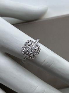 Bague en or blanc avec diamants et halo carré Diamond Rings, Diamond Engagement Rings, Wedding Day, Wedding Rings, Halo, Bracelets, Jewelry, Engagement Ring, Bangle Bracelet