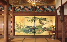 真宗興正派亀谷山涅槃院長楽寺様 余間襖絵制作 お布施頂いた檀家様の夫婦愛を表す2組の鴛鴦のつがいと、生命の平等を表す鳥・共命、そして花の寺と呼ばれるほど住職様のお母様が愛した花々を左右の余間に春夏、秋冬に分けて描きました。 Japanese Restaurant Interior, Japanese Interior, Restaurant Interior Design, Japanese Castle, Japanese House, Japanese Art, Japanese Architecture, Painted Doors, Beautiful Paintings