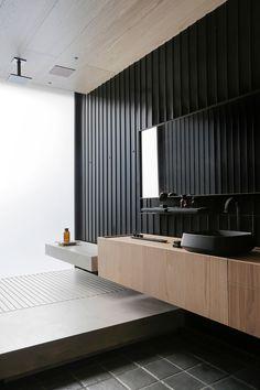 Decoração de ambiente para Casacor SP 2019. Banheiro, lavabo, vaso com plantas, livros, cuba preta, torneira preta, espelho, revestimento. #decoracao #decor #casacor #casacorSP
