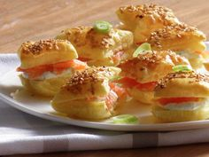 Puff pastry appetizers with sesame, green onion, dill, cream cheese and salmon Veggie Appetizers, Puff Pastry Appetizers, Finger Food Appetizers, Yummy Appetizers, Party Finger Foods, Snacks Für Party, High Tea, Four, Food Inspiration