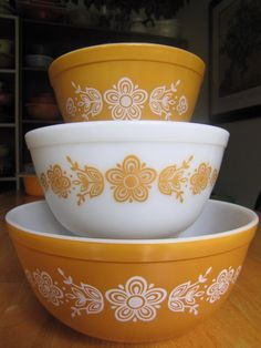 Butterfly Gold Mixing Bowls ID# 401 pint) 402 quart) 403 quart) picked at American Antiques in Mooresville, NC my-pyrex-collection Butterfly Gold, Gold Kitchen, Oldies But Goodies, Mixing Bowls, Ol Days, Vintage Pyrex, Vintage Dishes, The Good Old Days, Cool Items