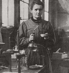 Maria Skłodowska-Curie znana z prac naukowych nad radioaktywnością. Pierwsza kobieta, która została nagrodzona Nagrodą Nobla i jedyna, która zdobyła ją dwukrotnie.