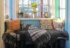 Veranda med blå pärlspont. Textilier och krukor med jultema. Foto: Erika Åberg #byggnadsvård #gamla #hus #veranda #fönster #pärlspont #loppisfynd