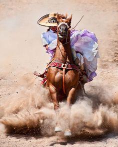 Escaramuzera rayando su caballo