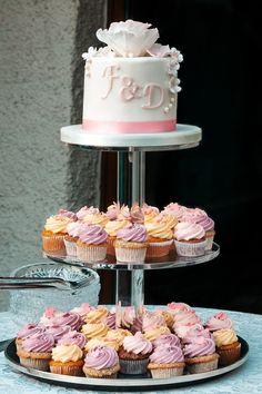 Was für eine schöne Hochzeitstorte. Mehr tolle Bilder findest du im Link. Tiered Cakes, Vanilla Cake, Link, Desserts, Food, Great Pictures, Nice Asses, Tailgate Desserts, Deserts