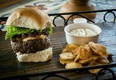 Hambúrguer de carne de sol e queijo coalho