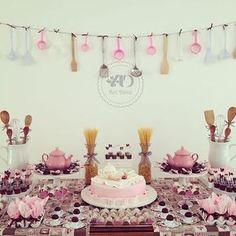 Adorei esta mesa para chá de panela. Desde o varal até os vidros com macarrão. Pic via Pinterest. #ideiasdebolosefestas #casamento #chadepanela #festaadulto #festafeminina