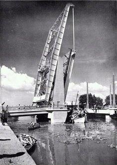 Jembatan pete'an dulu bagian penting sungai kalimas, sekarang tinggal tonggak berkarat.