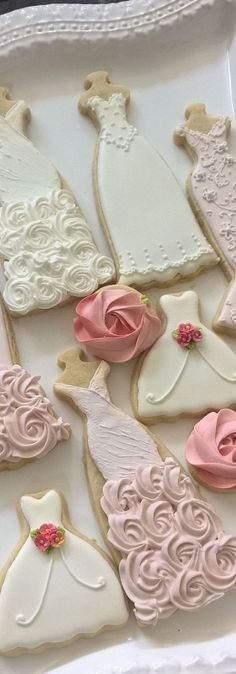 Looking for unique and gorgeous wedding favors? Consider custom wedding cookies. Want more ideas? Visit www.klowephoto.com