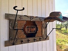 Tips To Help You Decorate Your Home – MyDecorHomemade Horseshoe Boot Rack, Cowboy Hat Rack, Cowboy Crafts, Country Hats, Horseshoe Projects, Hat Holder, Zen, Barn Wood Frames, Iron Work