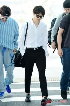 Park Jimin (stage name Jimin) is the lead vocalist of K-pop boyband BTS. This Jimin BTS fashion guide shows you how to get Jimin's style and outfits. Jimin Airport Fashion, Bts Airport, Kpop Fashion, Airport Style, Korean Fashion, Mens Fashion, Fashion Outfits, Fashion Styles, Foto Jimin