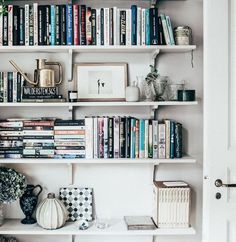 82 Nice Bookshelf Styling for Decoration Bookshelf Organization, Bookshelf Styling, Bookshelf Design, Bookshelf Ideas, Bookcase Desk, Bookcases, Home Libraries, My Living Room, New Room