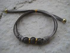 Pulsera con cuentas de cristal y cordón de ante en gris // Bracelet with glass beads and grey lace