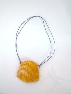 Collana color giallo senape con pendente di CONNYSKREATIONS, €13.00