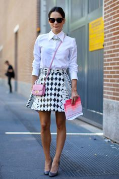 俏皮玩味OL 覺得襯衫搭短裙上班太無聊?不妨用粉嫩色系小包斜背出趣味感,戴上火紅的鏈帶式短版項鍊,搭配幾何圖案傘狀裙,踏上圓頭高跟鞋,輕鬆打造俏皮印象。