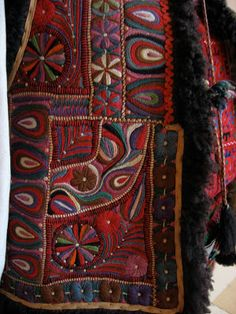 The Museum of the Romanian Peasant in Bucharest houses a superb collection of garments, farm and household items collected from all over Rom. Folk Art Flowers, Flower Art, Embroidery Patterns, Hand Embroidery, Textures Patterns, Creative Inspiration, Needlework, Diy And Crafts, Textiles