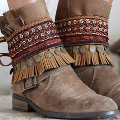 Cubrebotas étnico, elaborado con pasamanerías y adorno de monedas antiguas. Elegante colorido, ideal para dar un toque boho chic a tus botas.