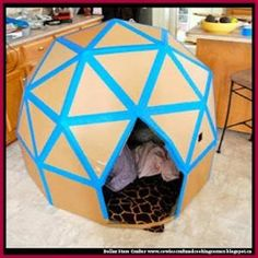 Today we decided to present you some creative and interesting DIY cardboard playhouse ideas. With some really basic and inexpensive materials, a plain cardboard box can be transformed into a stimulating and colorful play house. Kids Crafts, Projects For Kids, Diy For Kids, Craft Projects, Cardboard Playhouse, Cardboard Crafts, Cardboard Castle, Cardboard Houses For Kids, Forts En Carton