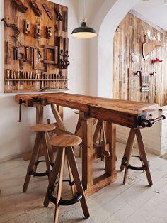 Mesa e banquetas de madeira rústica. Arquiteto: Corvin Cristian.