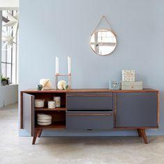 Découvrez ce buffet en palissandre de la marque Tikamoon !Notre meuble en bois massif est parfait pour un style vintage scandinaveVous serez par le mariage de la teinte naturelle du bois et de la façace en mdf gris.Grâce à son design original, notre meuble en palissandre trouve sa place dans toute la maisonIl dispose de 2 tiroirs et 2 étagères.Le sheesham est un bois massif au dessin chamarré, appelé également palissandre des Indes ces éventuelles irrégularités sont gage de son…