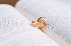 This article shows some inspiring Bible verses about love and marriage. Find out how Bible defines true love for men and women to learn and to strengthen their relationship. Christian marriage advice for wives. Cheap Mens Wedding Bands, Wedding Bands For Him, Wedding Rings For Women, Wedding Men, Wedding Tips, Trendy Wedding, Wedding Hair, Romantic Wedding Decor, Perfect Wedding
