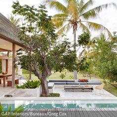 Wer einen großen Garten samt Pool hat, kann sich seinen Urlaub mit der richtigen Garteneinrichtung einfach nach Hause holen. Der Holzsteg am Becken eignet sich…
