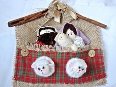 Enfeite para porta, sagrada família. Confeccionado em Juta com pau de canela, tecido 100% algodão, enchimento siliconizado, botões de madeira e fita de cetim.