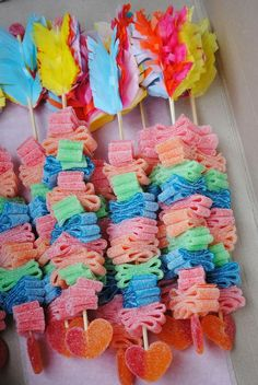 Great idea for a Valentine's party or a kid's 'cowboys and Indians' birthday party. Candy Party, Party Favors, Birthday Treats, Birthday Parties, Anniversaire Cow-boy, Candy Kabobs, Bar A Bonbon, Indian Party, Candy Bouquet