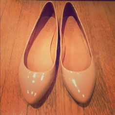 Madewell nude patent leather flats, size 8 Madewell flats with pointed toe. Nude/ camel patent leather. Classic and timeless flats to go with any look! Size 8, run a little small. Worn only a handful of times, look like new. Madewell Shoes Flats & Loafers