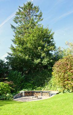 Grunden har et skrånende terræn, og her passer bålstedet perfekt ind. Usa House, Green Garden, Go Green, Landscape Architecture, Garden Inspiration, Outdoor Living, Outdoor Fire, Garden Design, Golf Courses