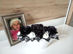 Black+and+White+II+Celoroční+moderní+aranžmá+-+keramická+váza,látkové+růže+atd+.+Délka+dekorace+26cm,výška+14,5cm,šířka+13cm.