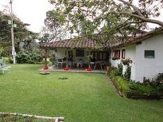 LLano Grande Oriente Antioqueño Village House Design, Village Houses, Hacienda Homes, Farm Plans, Casa Patio, House Plants Decor, Courtyard House, Spanish House, Indian Home Decor