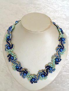 Hogarth crystal curve in blau mit Wachsperlen von Isabella´s Perlenkisterl auf DaWanda.com